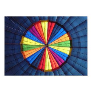 Tarjetas de la invitación dentro del globo del
