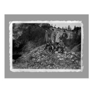 Tarjetas del vintage - hombres WW2 en la colina Postales
