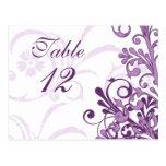 Tarjetas florales púrpuras y blancas de la tabla d tarjeta postal