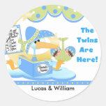 Tarjetas y pegatinas blancos de los gemelos de la pegatina redonda
