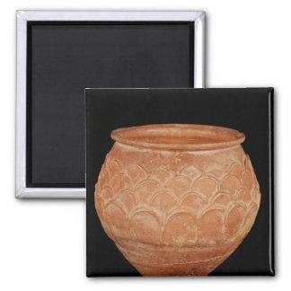 Tarro adornado con el traslapo de escalas aplicada imán cuadrado