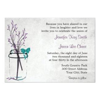 Tarro de albañil con las ramas púrpuras que casan invitaciones personalizada