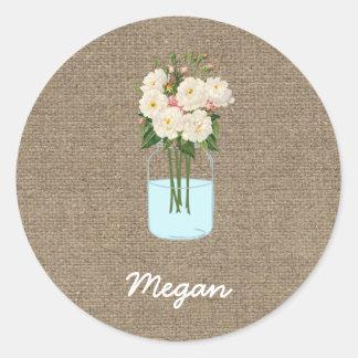 Tarro de albañil personalizado de la flor blanca pegatina redonda