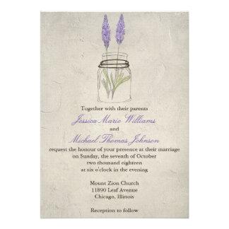 Tarro de albañil rústico de la lavanda el que se invitaciones personalizada