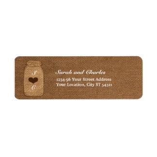 Tarro de albañil rústico en el remite del vintage  etiquetas de remite