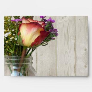 Tarro de albañil w/Rose y Wildflowers Sobre