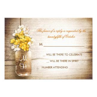 Tarro de albañil y flores blancas amarillas que ca invitacion personalizada