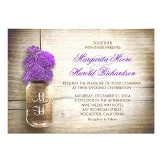 Tarro de albañil y flores púrpuras que casan invit comunicado personalizado