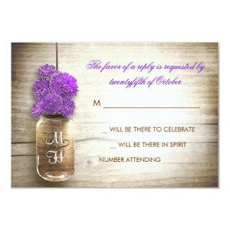 """Tarro de albañil y flores púrpuras que casan la invitación 3.5"""" x 5"""""""