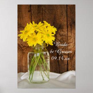 Tarro de albañil y margaritas amarillas que casan  impresiones