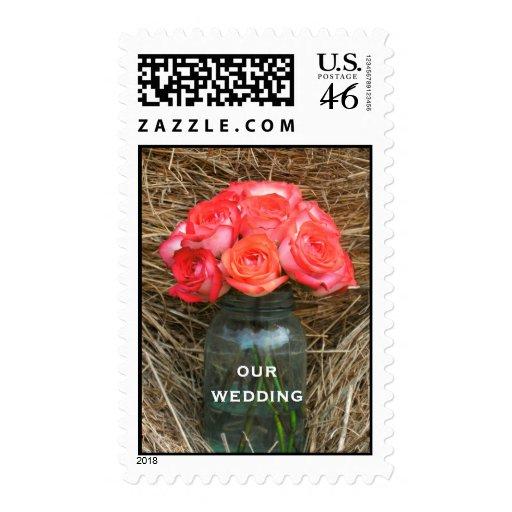 Tarro de rosas en una bala de boda del heno franqueo