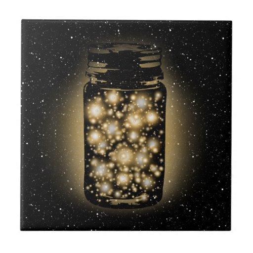 Tarro que brilla intensamente de luciérnagas con l tejas  cerámicas