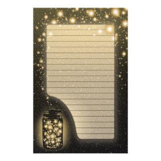 Tarro que brilla intensamente de luciérnagas con l papelería