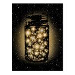 Tarro que brilla intensamente de luciérnagas con l postales