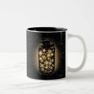 Tarro que brilla intensamente de luciérnagas con taza de café de dos colores