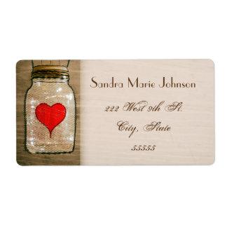 Tarro y corazones de albañil rústico que casan etiquetas de envío