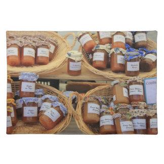 Tarros con el marmelade en un mercado en la Proven Manteles Individuales