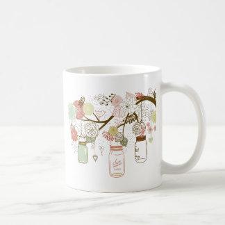 Tarros de albañil y flores bonitas taza de café