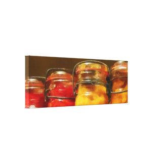 Tarros de enlatado de tomates y de melocotones lona envuelta para galerias