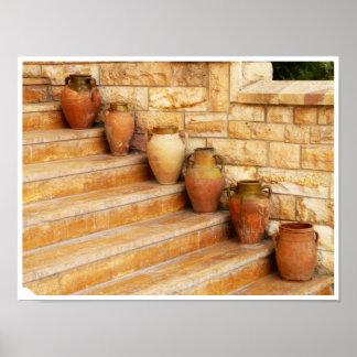 Tarros de la arcilla en los pasos de piedra póster