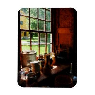Tarros de la arcilla en Windowsill Imanes