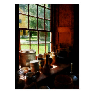 Tarros de la arcilla en Windowsill Tarjetas Postales