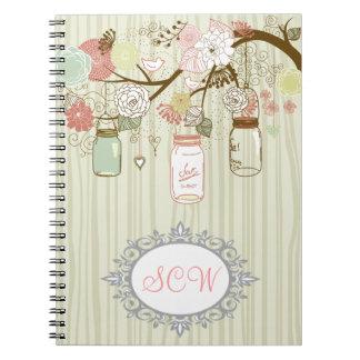 Tarros y flores de albañil con las iniciales libro de apuntes con espiral