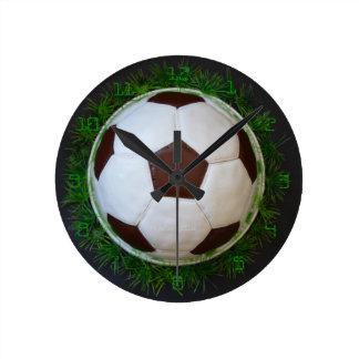 """tarta de futbolístico"" by mysteryella reloj redondo mediano"