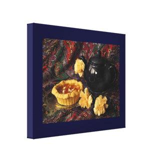Tarta del albaricoque con la tetera y los claveles impresiones en lona