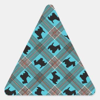 Tartán negro de la tela escocesa del perro del pegatina triangular