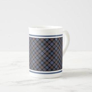 Tartán resistido Mackenzie Brown del clan y azul Taza De Porcelana