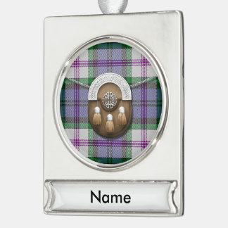 Tartán y escarcela de los montañeses de Escocia Rótulos De Adorno Plateado