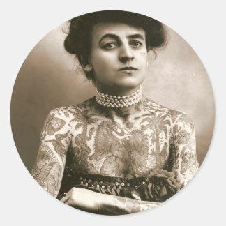 Tattoed con las perlas, foto del circo del pegatina redonda