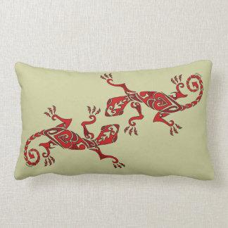 Tatuaje/alheña del lagarto en fondo del rojo-perso almohada