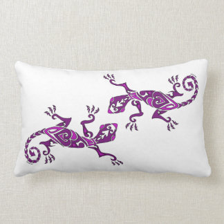 Tatuaje/alheña del lagarto en púrpura almohadas