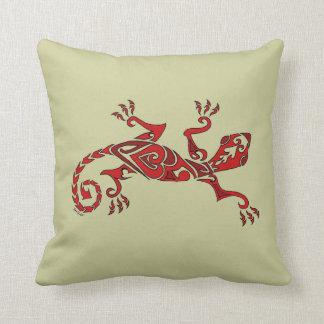 Tatuaje/alheña del lagarto en rojo cojin