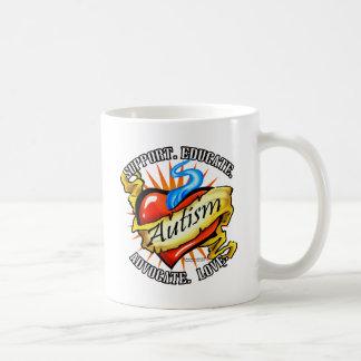 Tatuaje clásico del corazón del autismo tazas de café