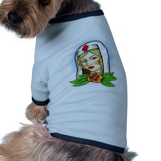 Tatuaje de la enfermera camiseta con mangas para perro