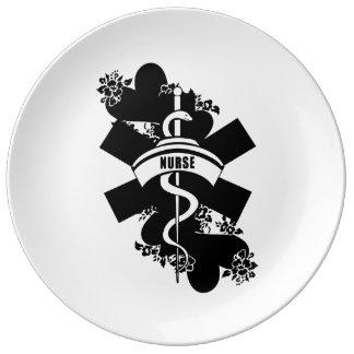 Tatuaje del corazón de la enfermera platos de cerámica