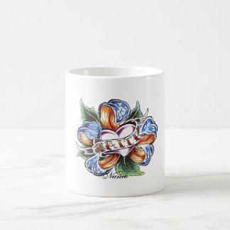 Tatuaje fresco de la flor de la fe taza de café