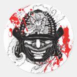 Tatuaje fresco del timón de la máscara del demonio etiquetas redondas
