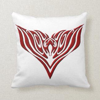 Tatuaje tribal de Eagle - rojo y negro Cojín Decorativo