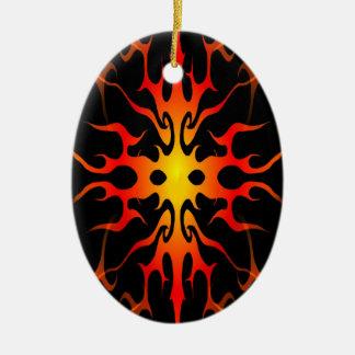 Tatuaje tribal de las llamas rojo y amarillo adorno navideño ovalado de cerámica