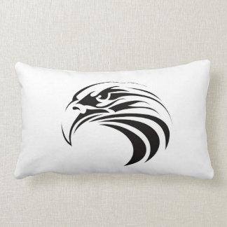 tatuaje tribal del águila del símbolo de Estados U Cojines