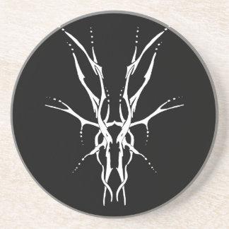 Tatuaje tribal del cráneo de los ciervos - blanco  posavasos cerveza