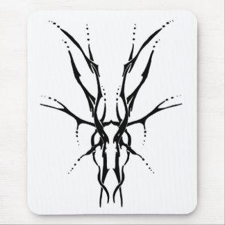 Tatuaje tribal del cráneo de los ciervos - blanco tapetes de raton