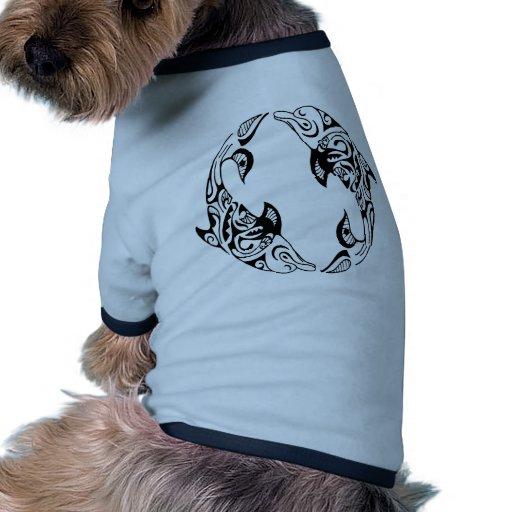 Tatuaje tribal del delfín camiseta de perro