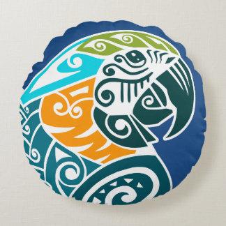 Tatuaje tribal del macaw del azul y del oro cojín redondo