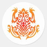 Tatuaje tribal salvaje de la rana pegatina redonda