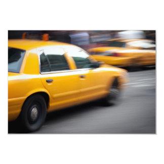 Taxi amarillo de la ciudad de NY que apresura con Invitación 8,9 X 12,7 Cm